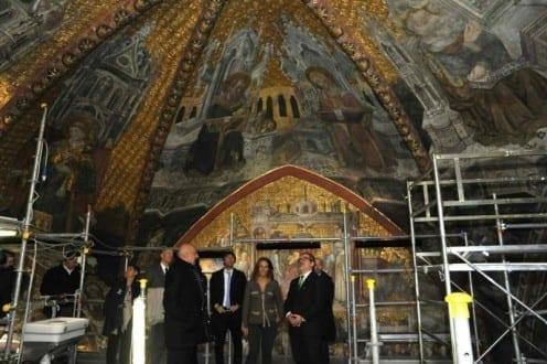 Il presidente della Regione Lombardia Roberto Maroni e il nostro socio Franco Gaiani nel corso della visita alla cappella della regina Teodolinda, all'interno del Duomo di Monza, lo scorso Novembre (Ansa)